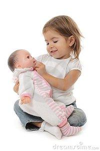 bambina-sveglia-che-gioca-con-la-sua-bambola-13370176